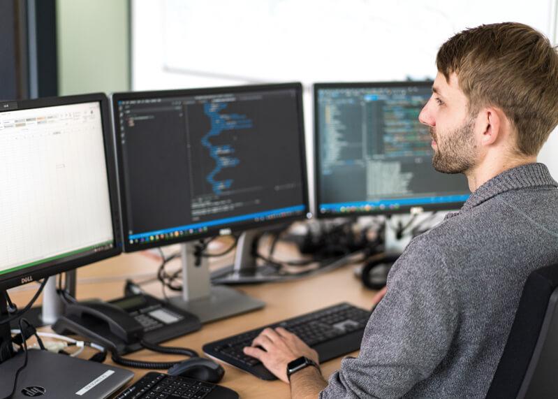 Ferber-Software Produkt - Mitarbeiter beim Programmieren