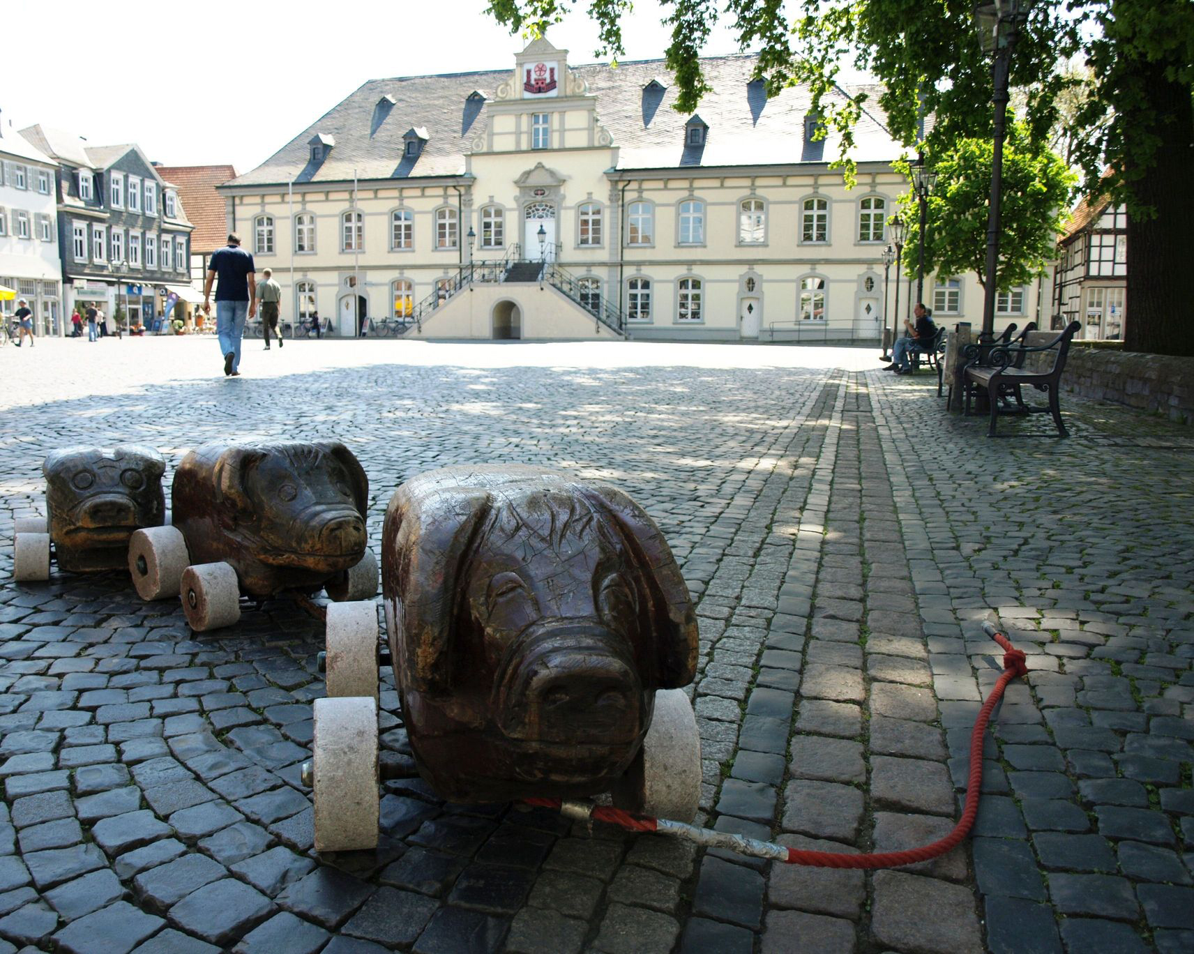 Drei Holz-Schweine vor Lippstadts historischem Rathaus